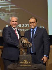 Sami Al Duhami, directeur Arabie Équipe équestre, a officiellement présenté le nouveau trophée perpétuel pour la Furusiyya FEI Nations Cup Final ™ Saut à la FEI Secrétaire général Vos Ingmar De lors du Forum